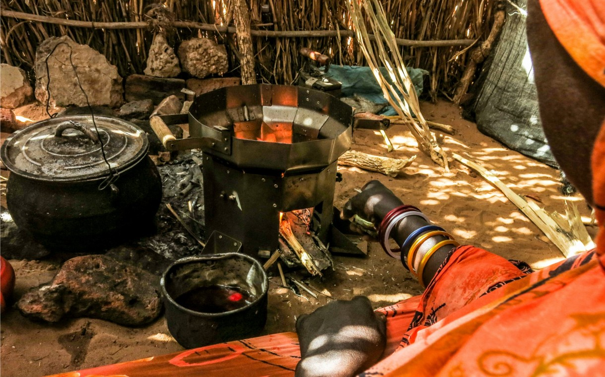 darfur-woman-using-stove-2015-estevens