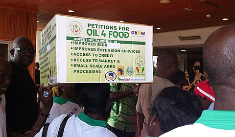 One hundred farmers marched to the Ghanaian Parliament in November to present a petition of more than 20,000 signatures as part of the Oil 4 Food campaign. Ghanaians successfully influenced the government to invest oil revenues into smallholder farmers. Photo: http://bit.ly/1aOHyxv