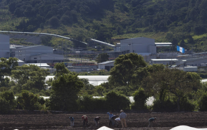 Farmers work on land next to the silver mine plant in San Rafael Las Flores, Guatemala. Photo: James Rodriguez/Oxfam America